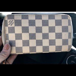 Authentic Louis Vuitton medium sz Damier Wallet!